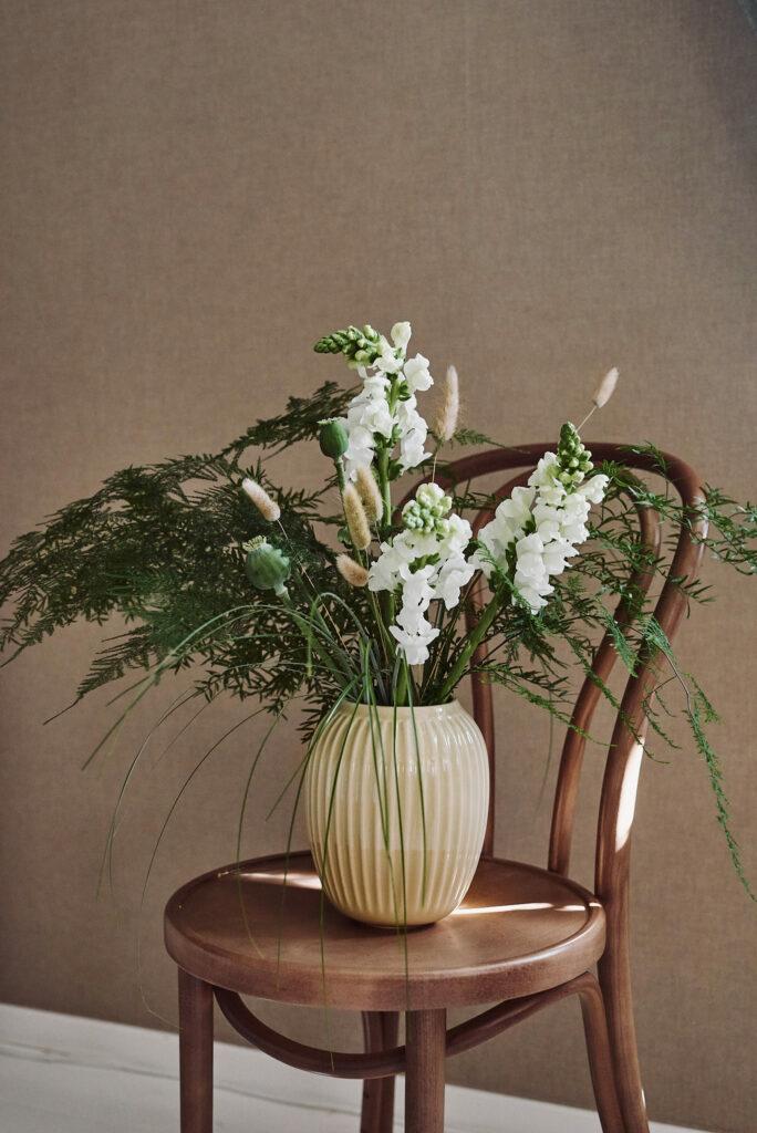 Lantlig blombukett med lejongap, vallmo, asparagus, lagurus och gräs.