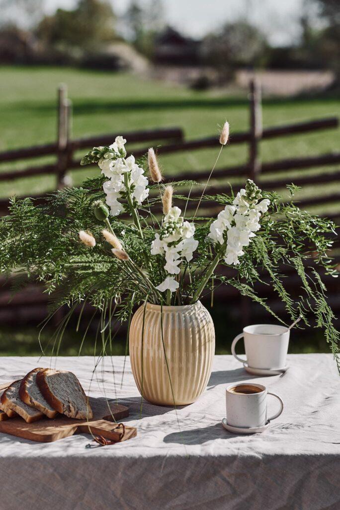 Lilla blompaketet. Lantlig bukett med lejongap, vallmo, asparagus och lagurus.