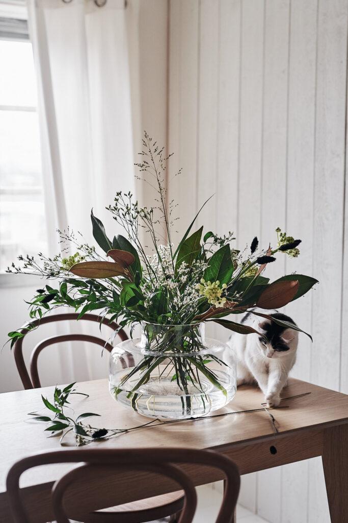 Bukett med magnolia, limonium, gräs, ornithogalum och phalaris. Vas Urna från Marimekko.